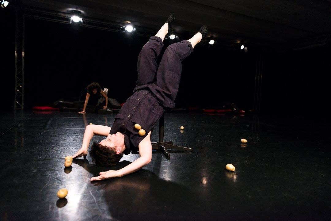 """Iris Sputh in """"Kartoffeln schälen in Wuppertal"""", Tanzspielzeit Podewil 2016 (Foto: René Löffler)"""