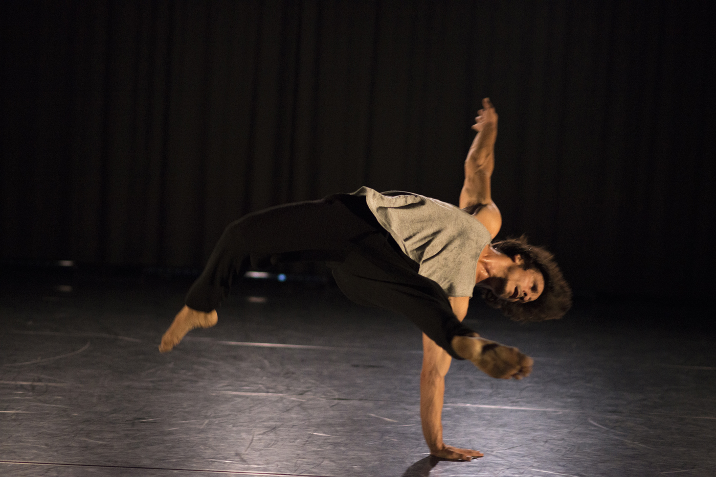 """Florian Bilbao in """"Autobiographie eines ganz normalen Menschen"""", Tanzspielzeit Podewil 2016 (Foto: René Löffler)"""